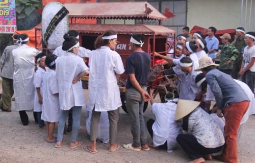 Cả miền quê phủ trắng tang thương, người thân ngã quỵ đưa tiễn 5 học sinh đuối nước về nơi an nghỉ cuối cùng - Ảnh 1.