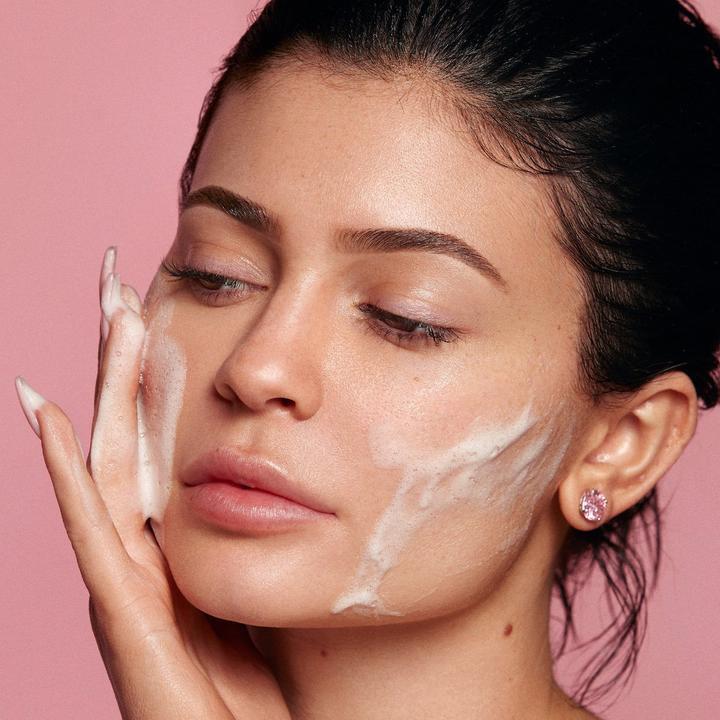 Quay clip sử dụng chính sữa rửa mặt của mình, Kylie Jenner bị ném đá vì loạt chi tiết bất thường - Ảnh 1.