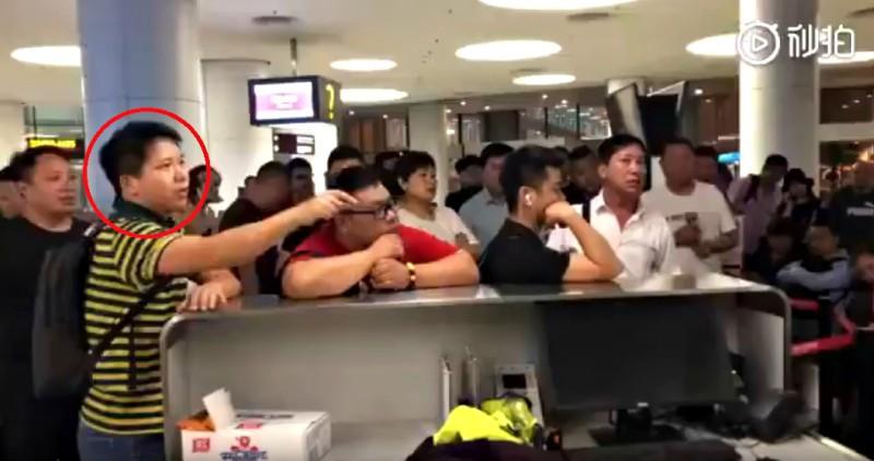 Máy bay bị trễ chuyến do thời tiết quá xấu, hành khách bắt nhân viên sân bay quỳ xuống xin lỗi chân thành và đây là phản ứng của cư dân mạng - Ảnh 1.