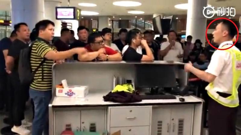 Máy bay bị trễ chuyến do thời tiết quá xấu, hành khách bắt nhân viên sân bay quỳ xuống xin lỗi chân thành và đây là phản ứng của cư dân mạng - Ảnh 2.