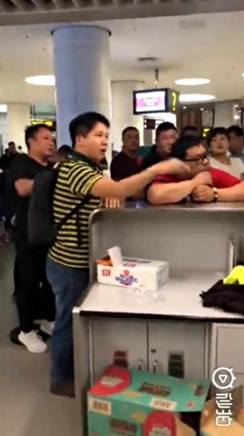 Máy bay bị trễ chuyến do thời tiết quá xấu, hành khách bắt nhân viên sân bay quỳ xuống xin lỗi chân thành và đây là phản ứng của cư dân mạng - Ảnh 4.