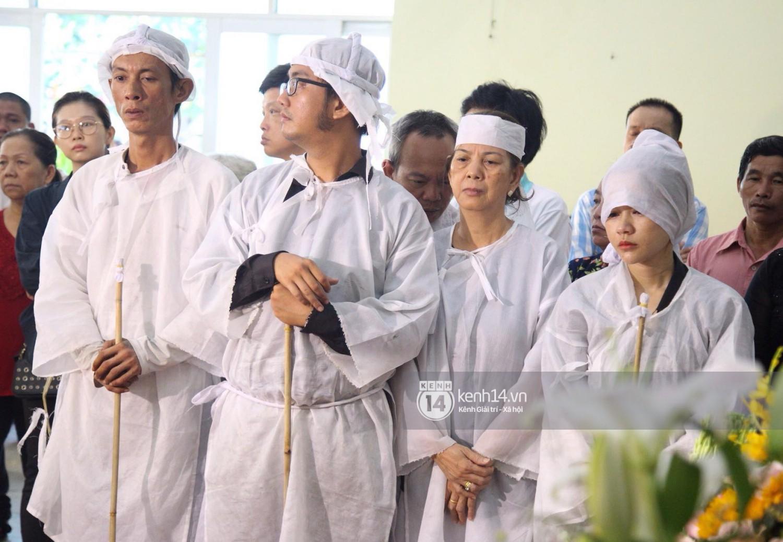 Gia đình, bạn bè đồng nghiệp xúc động bật khóc tiễn biệt cố nghệ sĩ Lê Bình về đất mẹ - Ảnh 1.