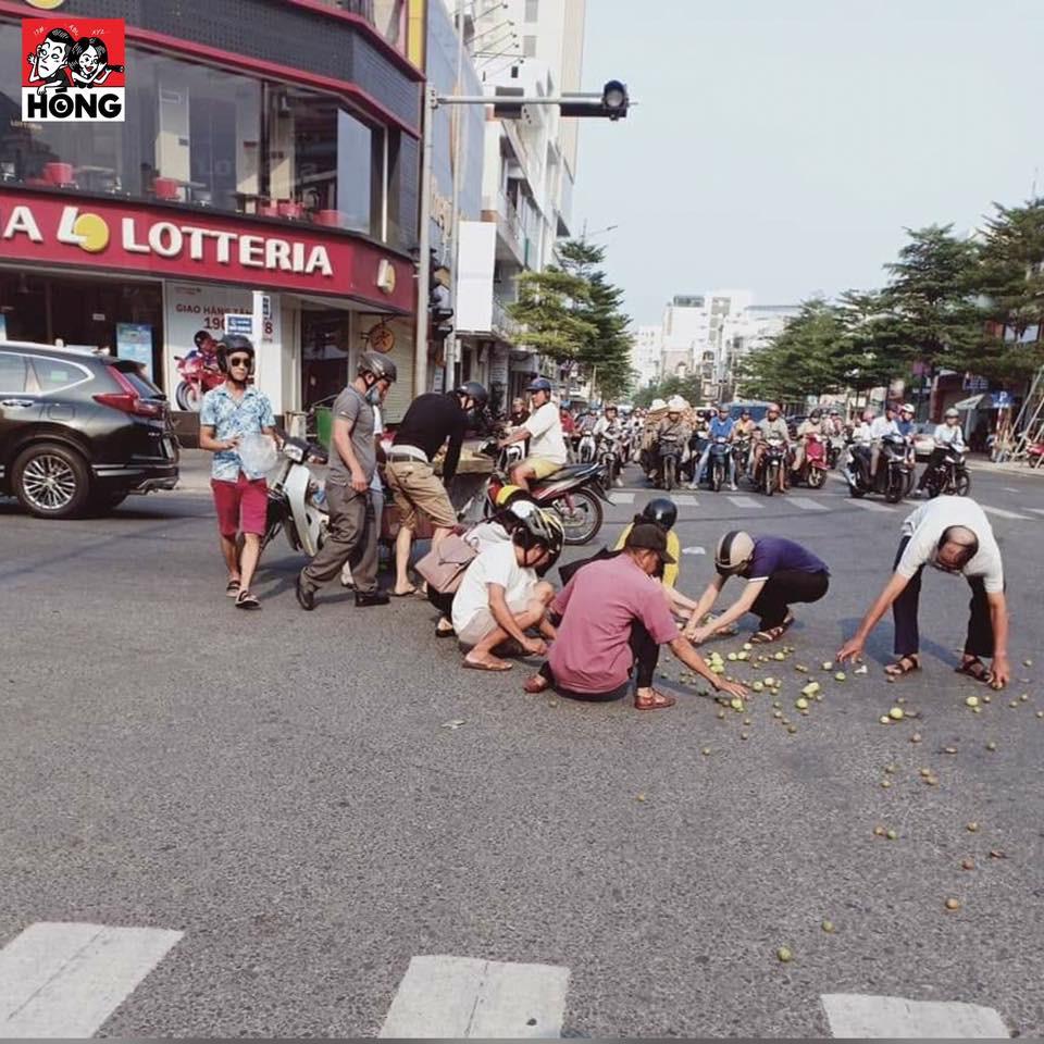 Hình ảnh ấm lòng: Chị bán trái cây bị tai nạn đổ cả sọt quả ra giữa ngã tư, hàng chục người lúi húi nhặt giúp - Ảnh 3.