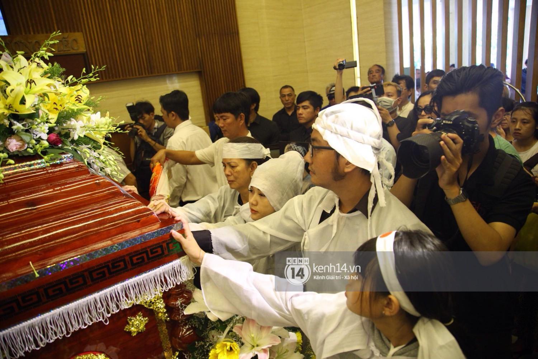 Gia đình, bạn bè đồng nghiệp xúc động bật khóc tiễn biệt cố nghệ sĩ Lê Bình về đất mẹ - Ảnh 14.