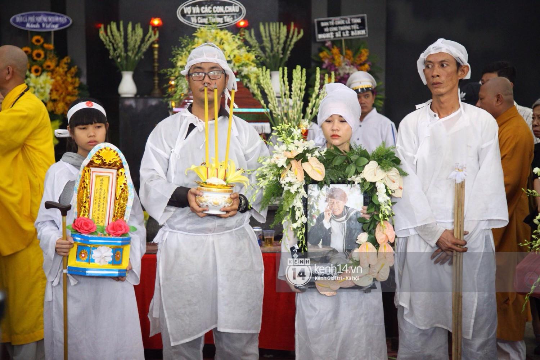 Gia đình, bạn bè đồng nghiệp xúc động bật khóc tiễn biệt cố nghệ sĩ Lê Bình về đất mẹ - Ảnh 9.