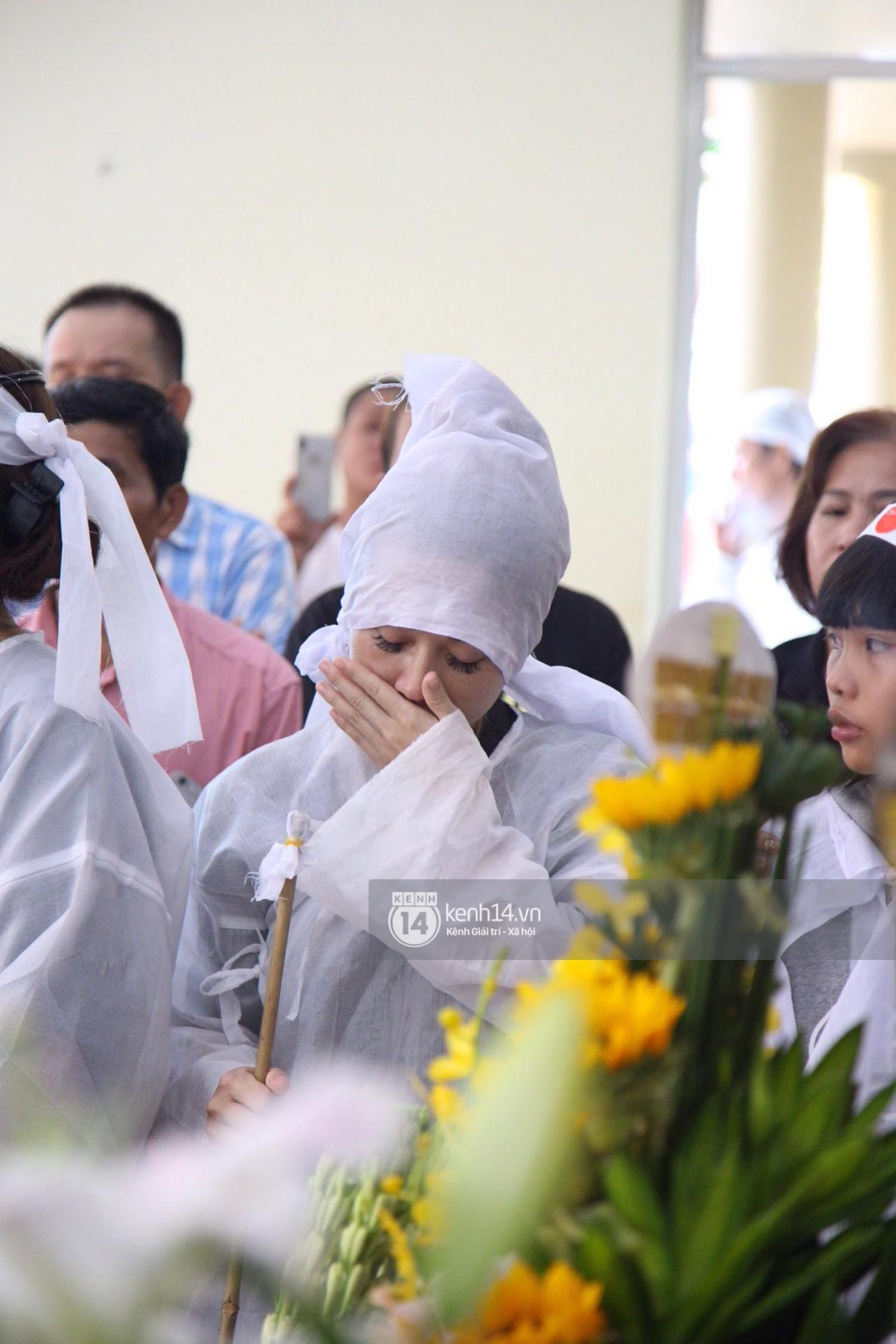 Gia đình, bạn bè đồng nghiệp xúc động bật khóc tiễn biệt cố nghệ sĩ Lê Bình về đất mẹ - Ảnh 2.