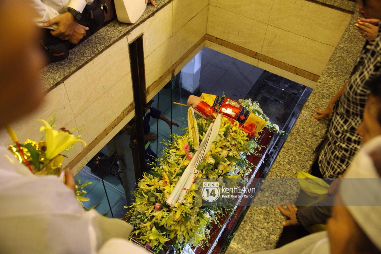 Gia đình, bạn bè đồng nghiệp xúc động bật khóc tiễn biệt cố nghệ sĩ Lê Bình về đất mẹ - Ảnh 15.