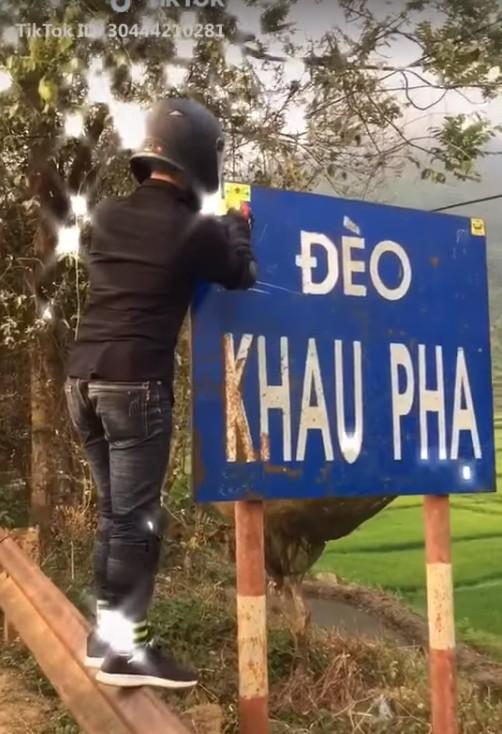 Clip nam thanh niên dán logo phản quang vào biển báo địa danh đèo Khau Phạ khiến dân mạng bức xúc: Đừng làm xấu danh nghĩa phượt thủ! - Ảnh 2.