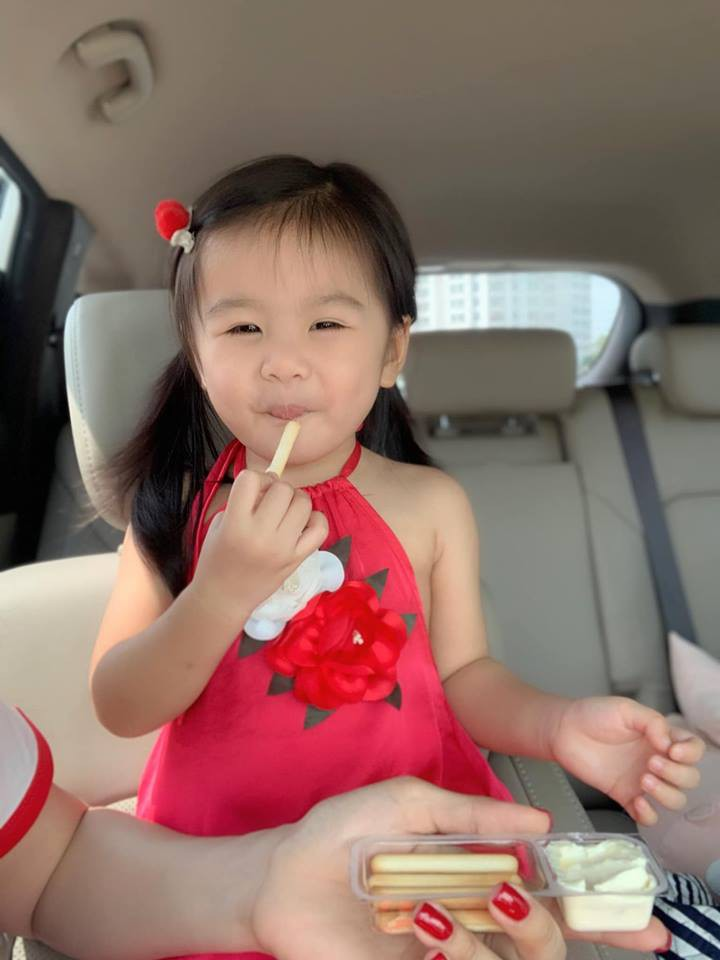Vân Trang khoe ảnh gia đình hạnh phúc nhưng biểu cảm của con gái lại có gì đó sai sai - Ảnh 8.