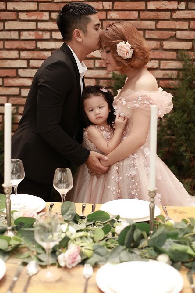 Vân Trang khoe ảnh gia đình hạnh phúc nhưng biểu cảm của con gái lại có gì đó sai sai - Ảnh 1.