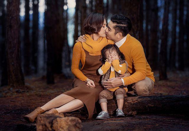 Vân Trang khoe ảnh gia đình hạnh phúc nhưng biểu cảm của con gái lại có gì đó sai sai - Ảnh 3.