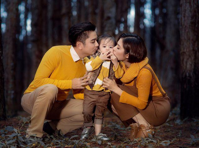 Vân Trang khoe ảnh gia đình hạnh phúc nhưng biểu cảm của con gái lại có gì đó sai sai - Ảnh 2.