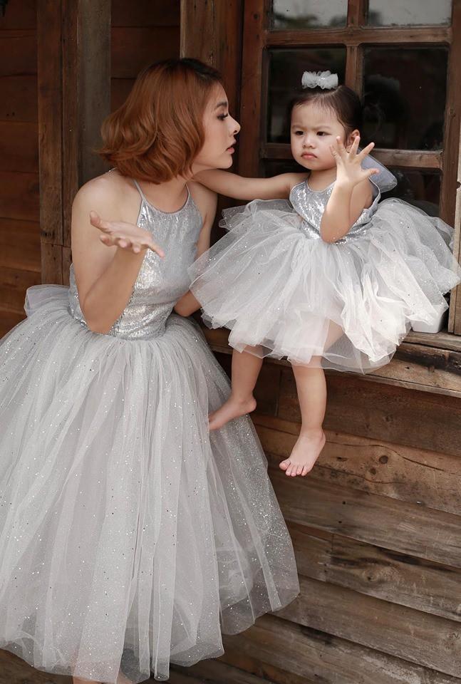 Vân Trang khoe ảnh gia đình hạnh phúc nhưng biểu cảm của con gái lại có gì đó sai sai - Ảnh 4.