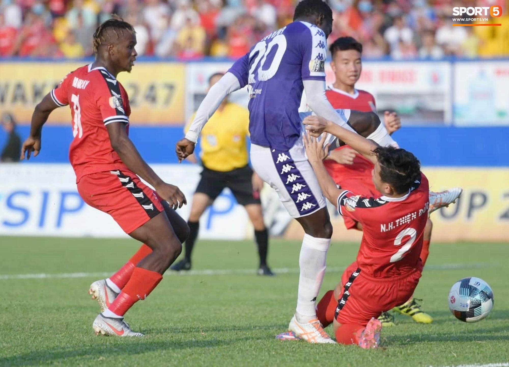 Tuyển thủ U22 Việt Nam va chạm cực mạnh, bất tỉnh chỉ sau 2 phút thi đấu - Ảnh 1.