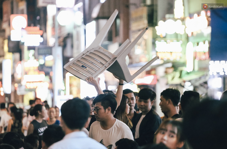 Chùm ảnh: Khi phố đi bộ Bùi Viện thành phố đi nhậu, bóng cười được mua bán công khai - Ảnh 3.