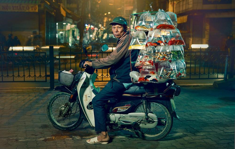 Lặng người trước một Hà Nội chân thực trên yên xe máy dưới góc nhìn nghệ thuật của nhiếp ảnh gia người Anh - Ảnh 1.