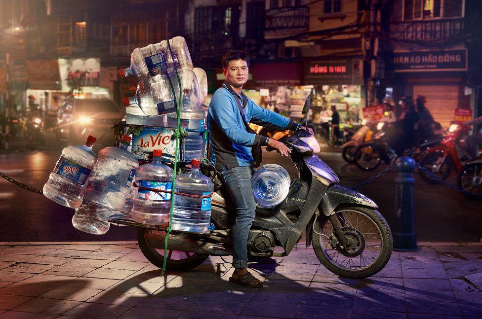 Lặng người trước một Hà Nội chân thực trên yên xe máy dưới góc nhìn nghệ thuật của nhiếp ảnh gia người Anh - Ảnh 5.