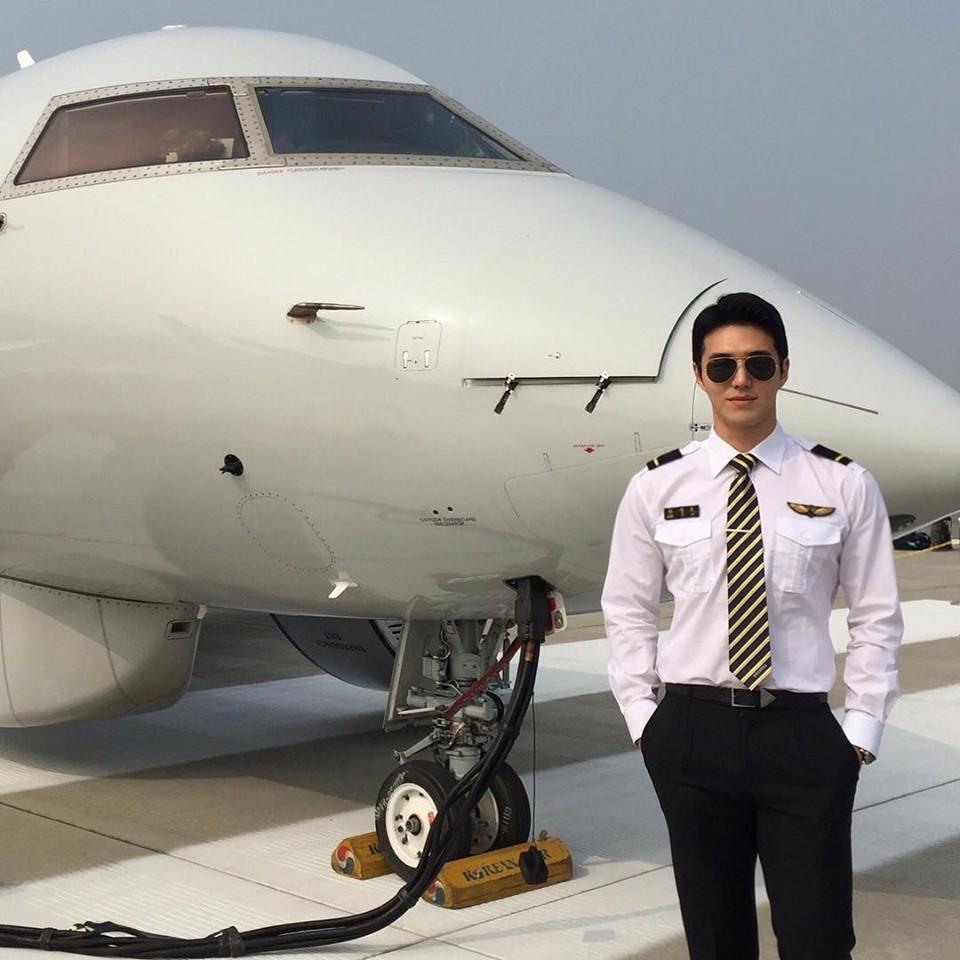 Chàng phi công sở hữu combo hoàn hảo không ai chơi lại: Đẹp trai, cơ bụng 6 múi lại còn thần thái ngời ngời - Ảnh 1.
