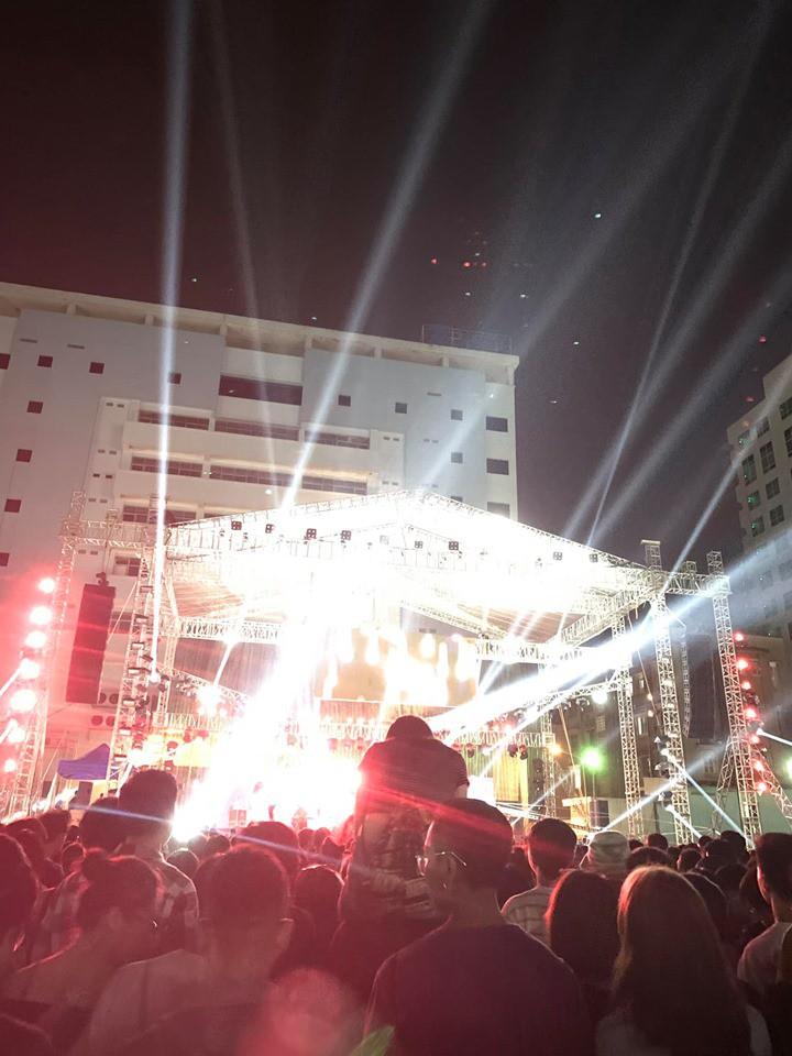 Cô gái trèo lên cổ bạn trai để theo dõi concert khiến dân mạng chia làm hai phe tranh cãi nảy lửa - Ảnh 2.