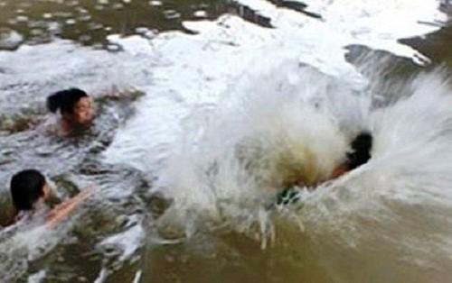 Nhóm học sinh lớp 7 rủ nhau tắm sông Mã, 4 em đuối nước tử vong - Ảnh 1.