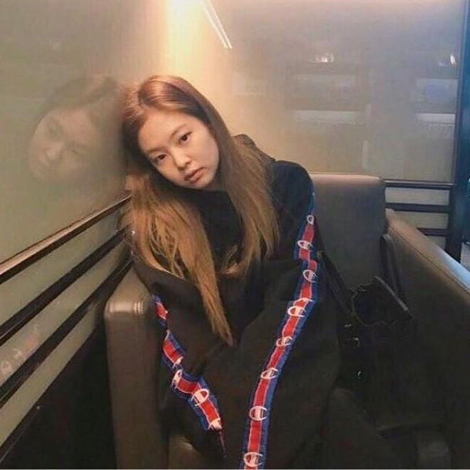 Tự tin khoe clip da không tì vết, Jennie (BLACKPINK) bị đào lại loạt ảnh mặt mộc và khiến netizen bất ngờ - Ảnh 6.