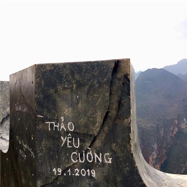 Dòng chữ Robinson xuất hiện trên hàng loạt mỏm đá ở bãi biển Bình Định, dân mạng bức xúc tìm danh tính người vẽ bậy - Ảnh 7.