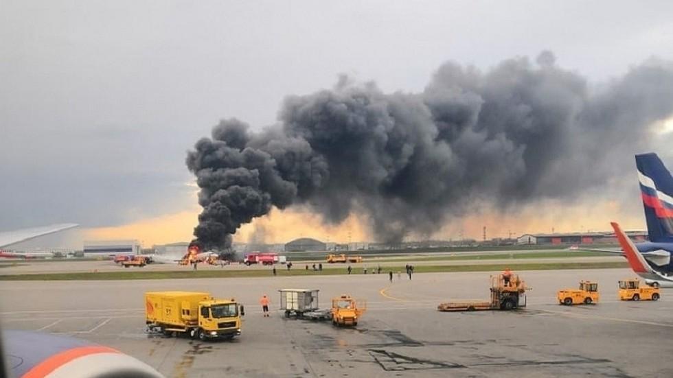 Khoảnh khắc máy bay Nga chở gần 80 người phút chốc hóa quả cầu lửa trên đường băng - Ảnh 1.