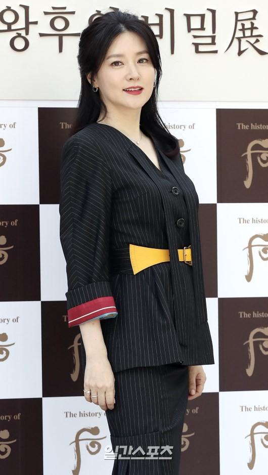 Nàng Dae Jang Geum Lee Young Ae lâu lắm mới dự sự kiện: Được hộ tống như bà hoàng, U50 vẫn đẹp đến mức câm nín - Ảnh 10.