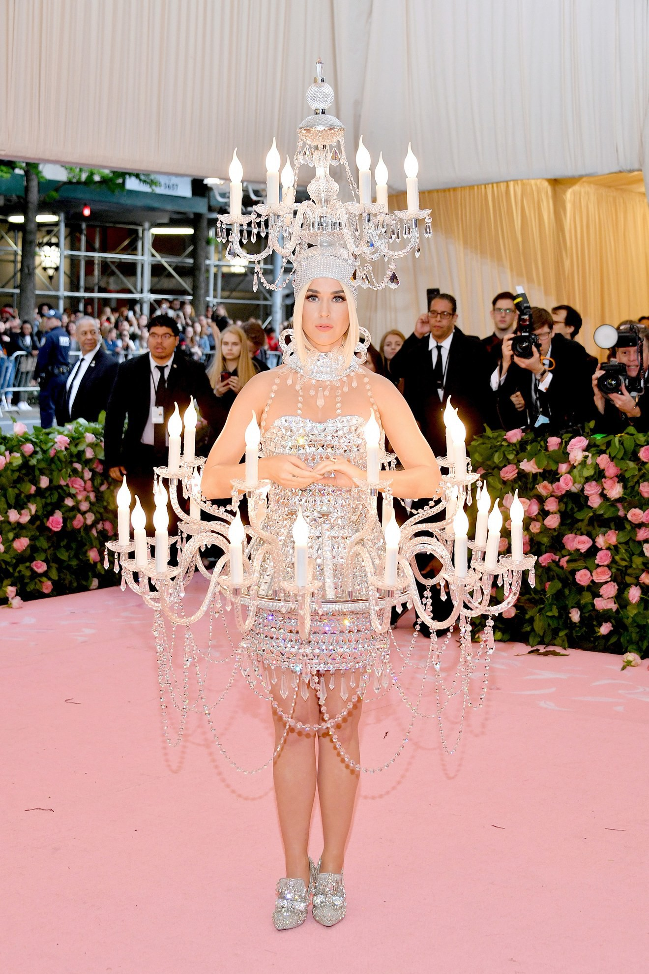 Met Gala 2019: Khó ai chơi lớn bằng Lady Gaga, Katy Perry hóa đèn chùm nhưng chặt chém không kém là nam nhân dát vàng nằm kiệu - Ảnh 10.