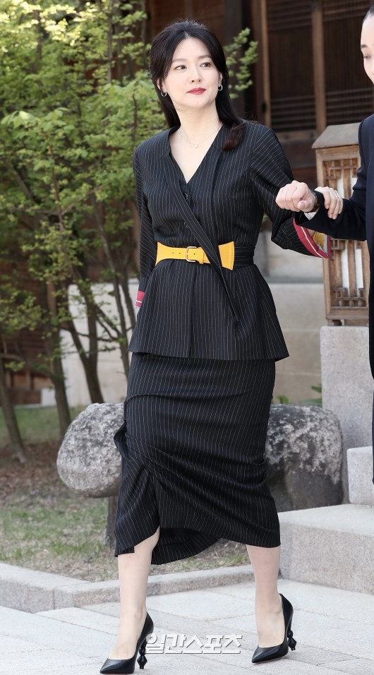 Nàng Dae Jang Geum Lee Young Ae lâu lắm mới dự sự kiện: Được hộ tống như bà hoàng, U50 vẫn đẹp đến mức câm nín - Ảnh 3.