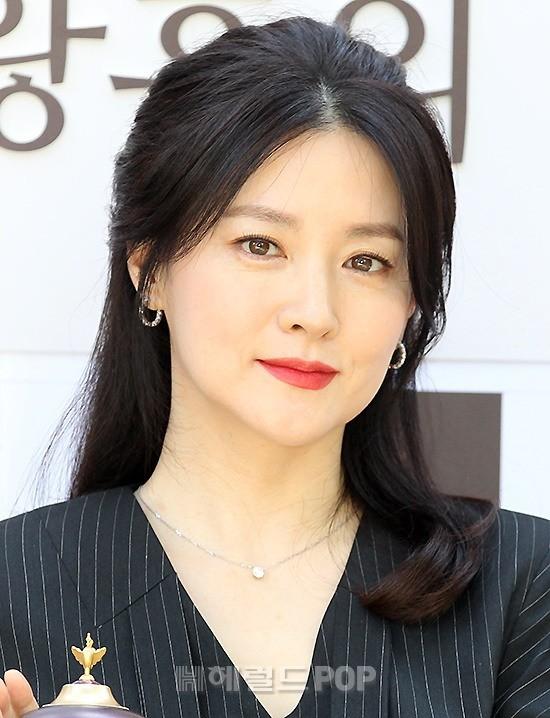 Nàng Dae Jang Geum Lee Young Ae lâu lắm mới dự sự kiện: Được hộ tống như bà hoàng, U50 vẫn đẹp đến mức câm nín - Ảnh 12.