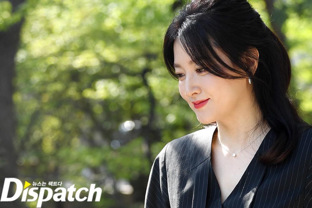 Nàng Dae Jang Geum Lee Young Ae lâu lắm mới dự sự kiện: Được hộ tống như bà hoàng, U50 vẫn đẹp đến mức câm nín - Ảnh 9.