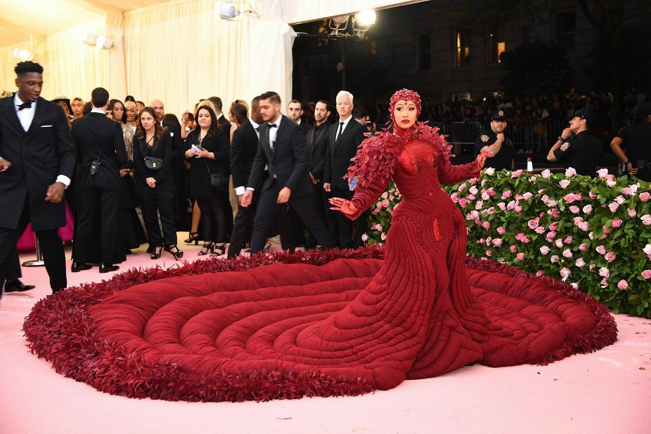 Met Gala 2019: Khó ai chơi lớn bằng Lady Gaga, Katy Perry chuyển từ đèn chùm thành burger nhưng chặt chém không kém là nam nhân dát vàng nằm kiệu - Ảnh 21.