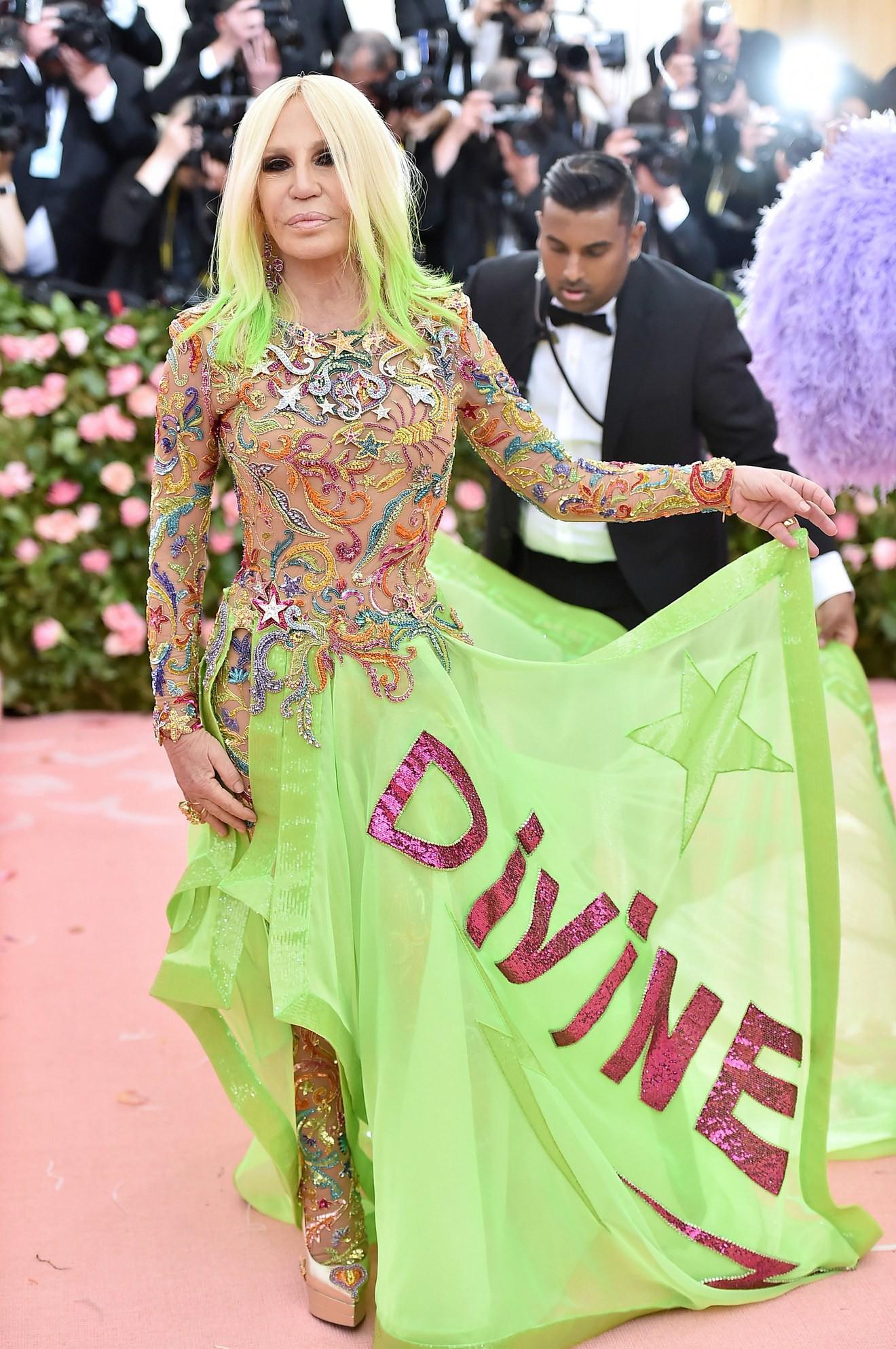 Met Gala 2019: Khó ai chơi lớn bằng Lady Gaga, Katy Perry chuyển từ đèn chùm thành burger nhưng chặt chém không kém là nam nhân dát vàng nằm kiệu - Ảnh 22.