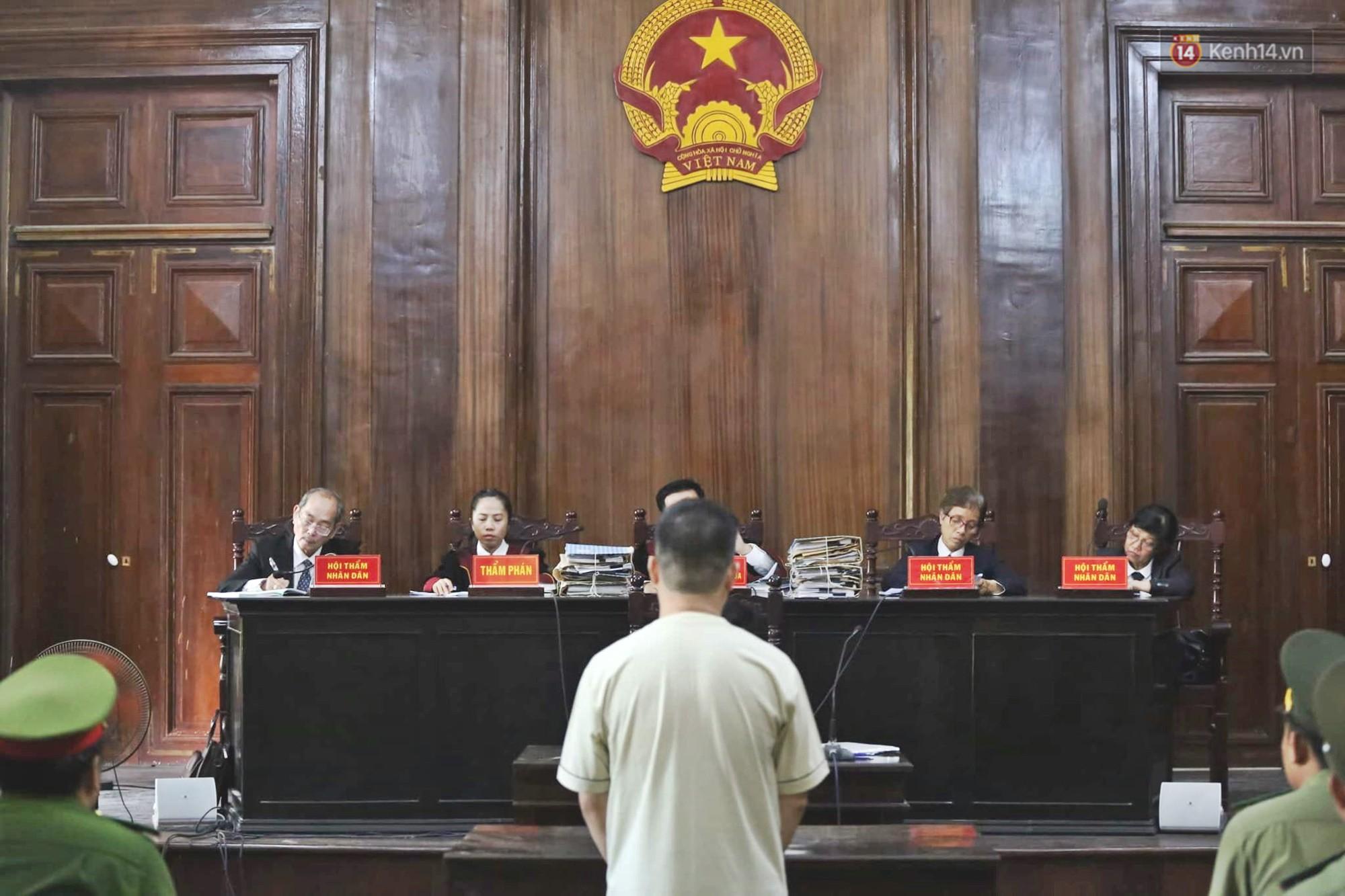 Kết thúc phiên xử đầu tiên: Hot girl Ngọc Miu xúc động vì gặp người thân, Văn Kính Dương vẫn tỏ ra bình thản - Ảnh 6.