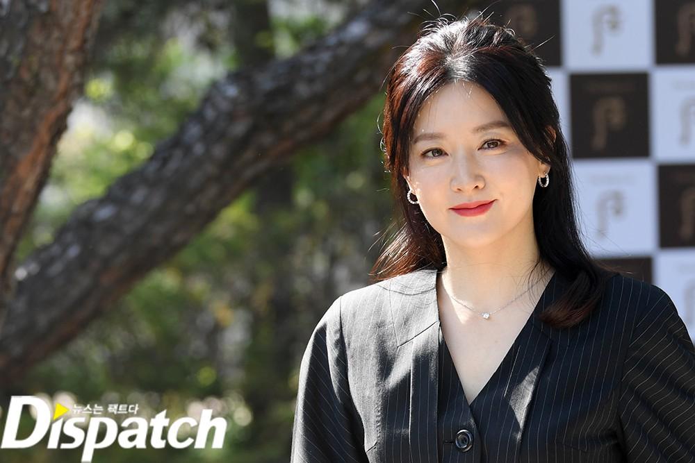 Nàng Dae Jang Geum Lee Young Ae lâu lắm mới dự sự kiện: Được hộ tống như bà hoàng, U50 vẫn đẹp đến mức câm nín - Ảnh 8.