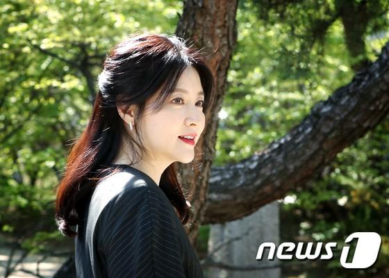 Nàng Dae Jang Geum Lee Young Ae lâu lắm mới dự sự kiện: Được hộ tống như bà hoàng, U50 vẫn đẹp đến mức câm nín - Ảnh 6.