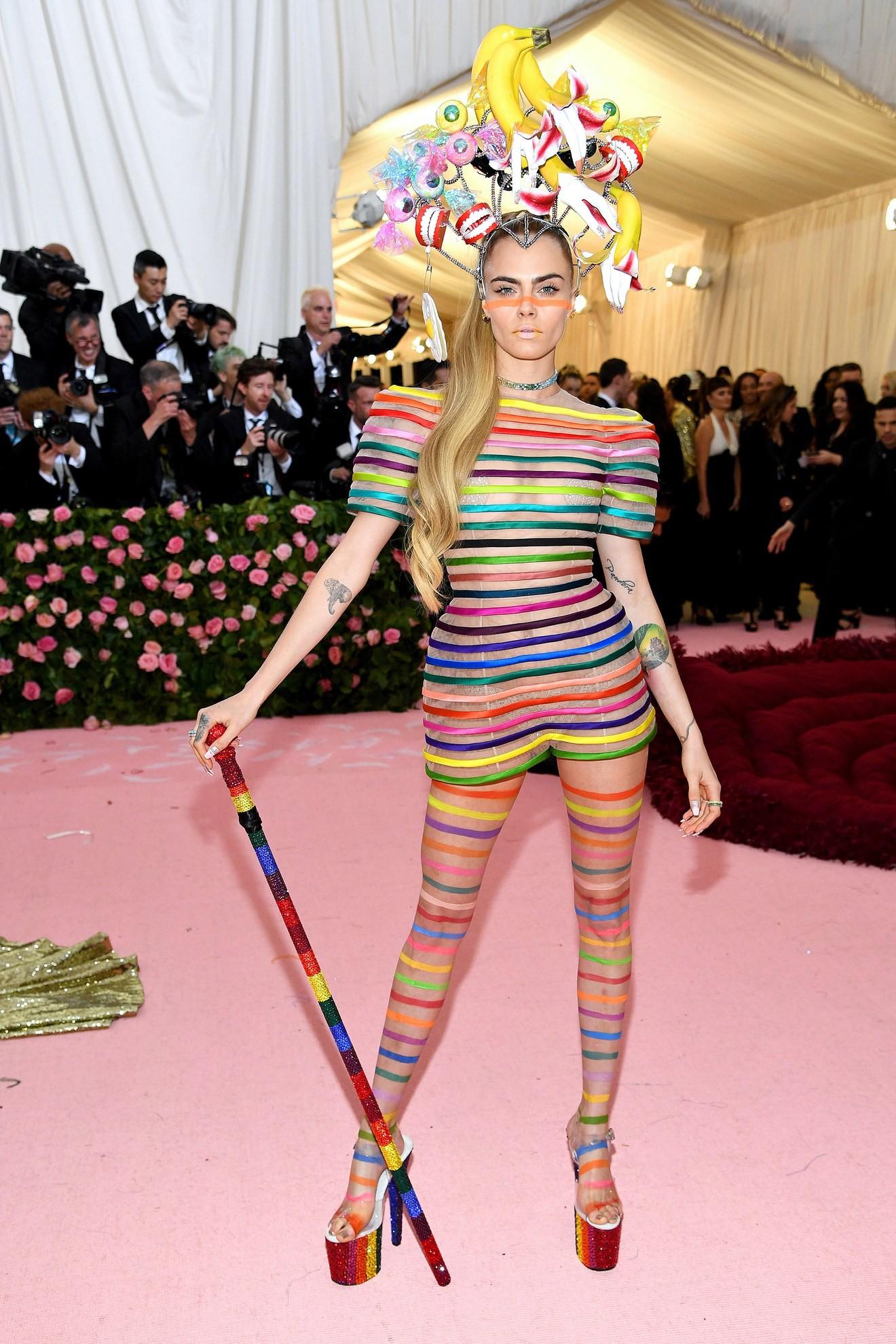 Met Gala 2019: Khó ai chơi lớn bằng Lady Gaga, Katy Perry chuyển từ đèn chùm thành burger nhưng chặt chém không kém là nam nhân dát vàng nằm kiệu - Ảnh 18.
