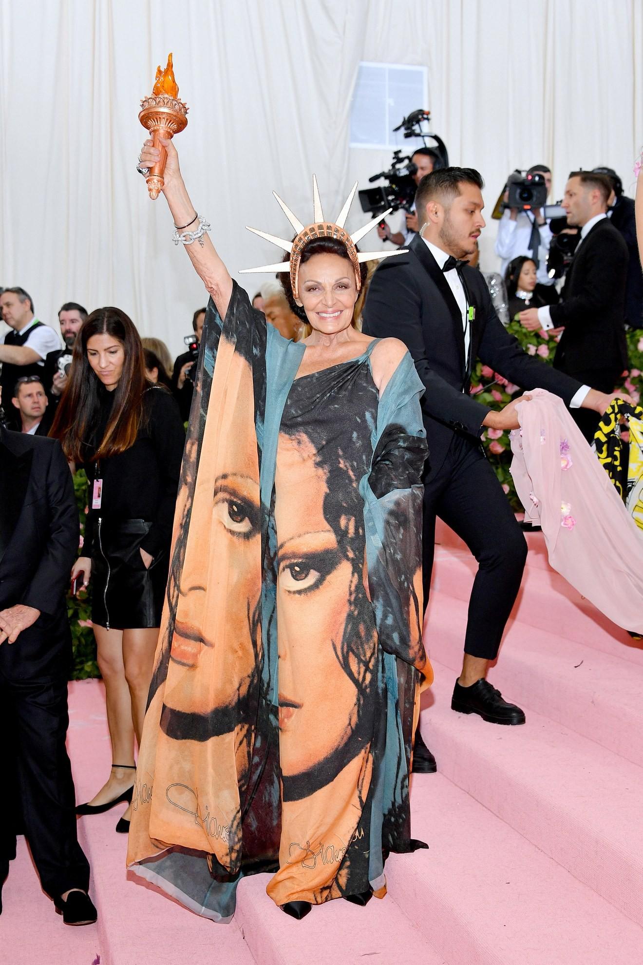 Met Gala 2019: Khó ai chơi lớn bằng Lady Gaga, Katy Perry chuyển từ đèn chùm thành burger nhưng chặt chém không kém là nam nhân dát vàng nằm kiệu - Ảnh 27.