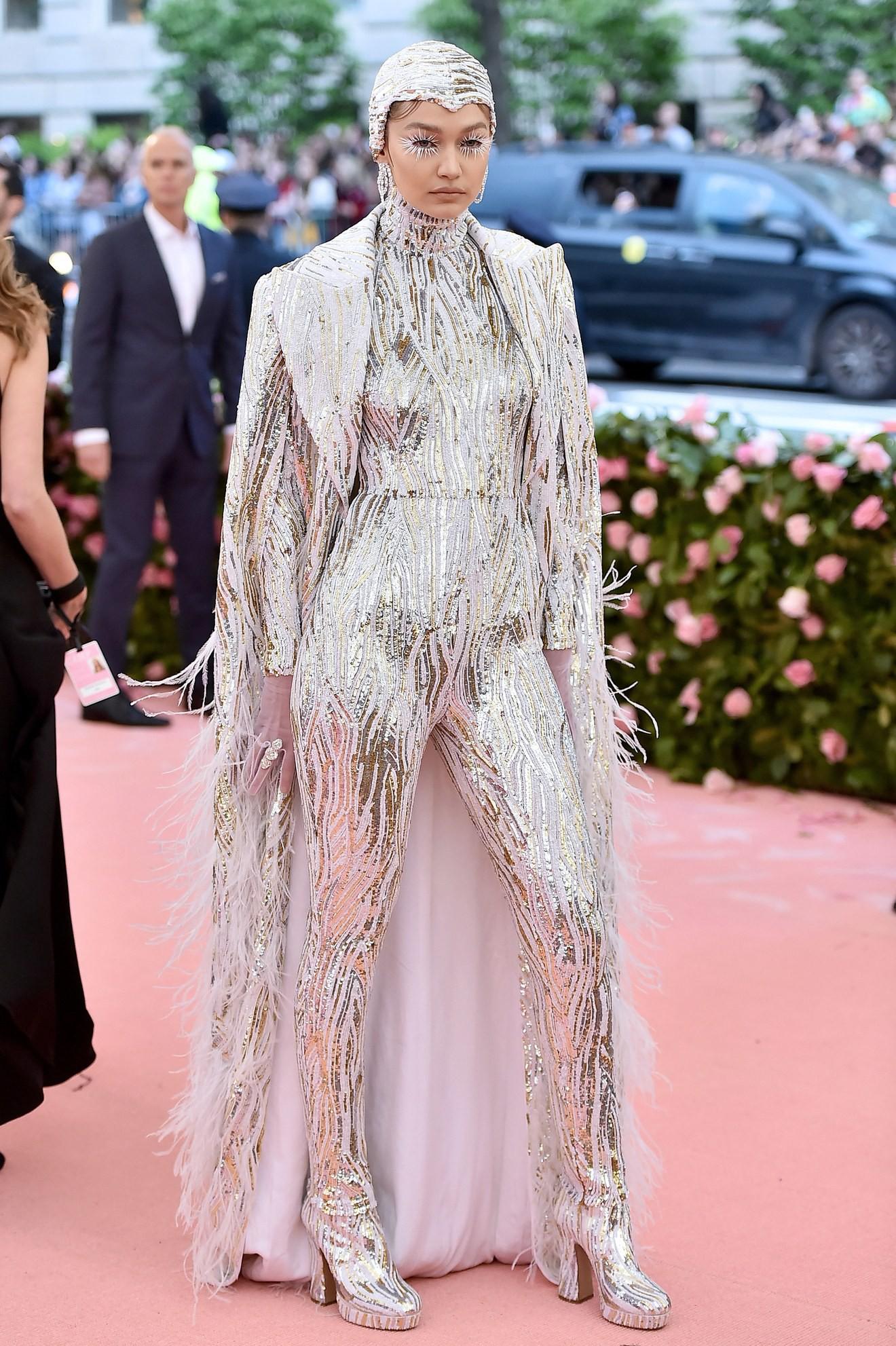 Met Gala 2019: Khó ai chơi lớn bằng Lady Gaga, Katy Perry hóa đèn chùm nhưng chặt chém không kém là nam nhân dát vàng nằm kiệu - Ảnh 9.