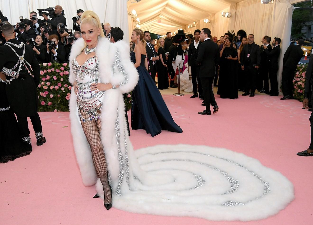Met Gala 2019: Khó ai chơi lớn bằng Lady Gaga, Katy Perry chuyển từ đèn chùm thành burger nhưng chặt chém không kém là nam nhân dát vàng nằm kiệu - Ảnh 39.