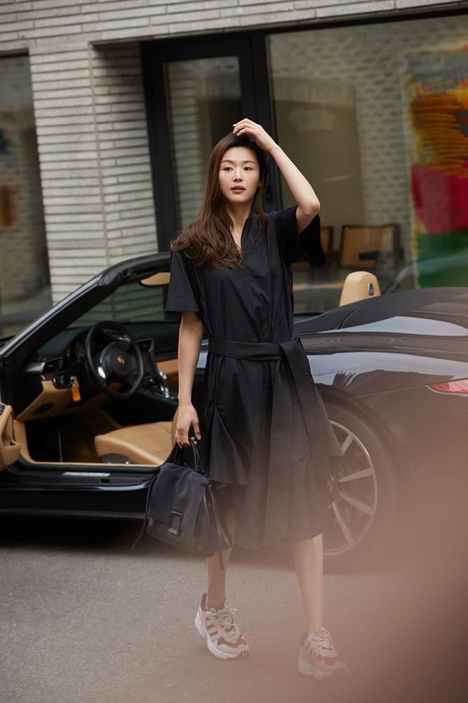 Đẳng cấp mợ chảnh Jeon Ji Hyun trước paparazzi: Đẹp xuất sắc, sang chảnh bước xuống từ siêu xe như cảnh phim - Ảnh 2.