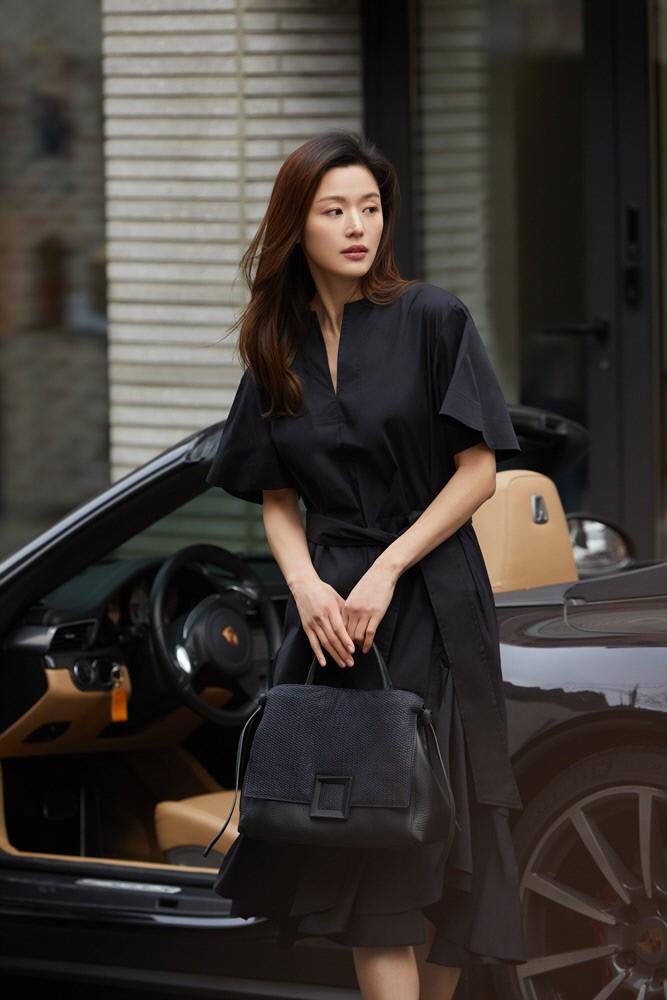 Đẳng cấp mợ chảnh Jeon Ji Hyun trước paparazzi: Đẹp xuất sắc, sang chảnh bước xuống từ siêu xe như cảnh phim - Ảnh 4.
