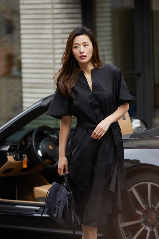 Đẳng cấp mợ chảnh Jeon Ji Hyun trước paparazzi: Đẹp xuất sắc, sang chảnh bước xuống từ siêu xe như cảnh phim - Ảnh 3.