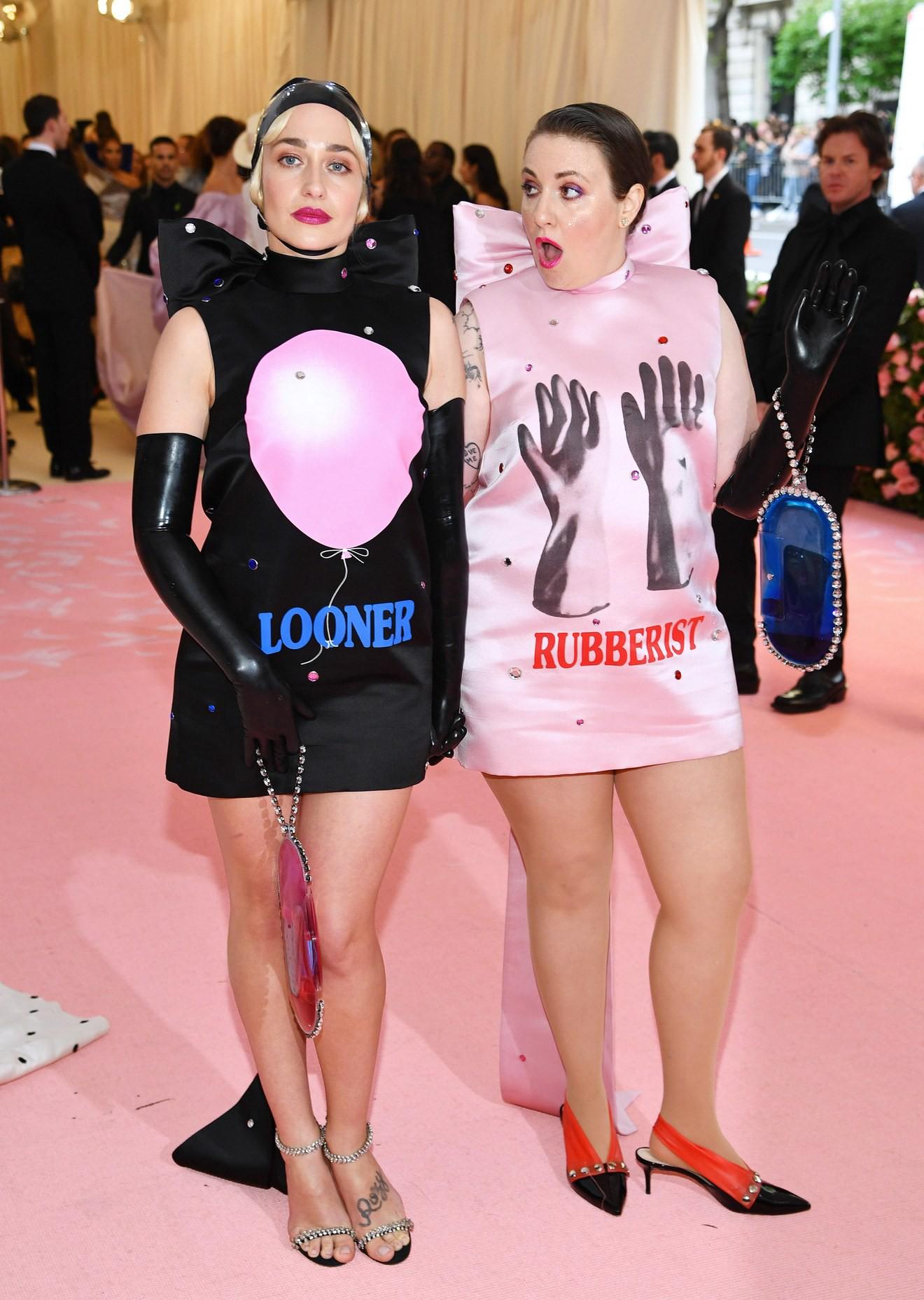 Met Gala 2019: Khó ai chơi lớn bằng Lady Gaga, Katy Perry chuyển từ đèn chùm thành burger nhưng chặt chém không kém là nam nhân dát vàng nằm kiệu - Ảnh 26.