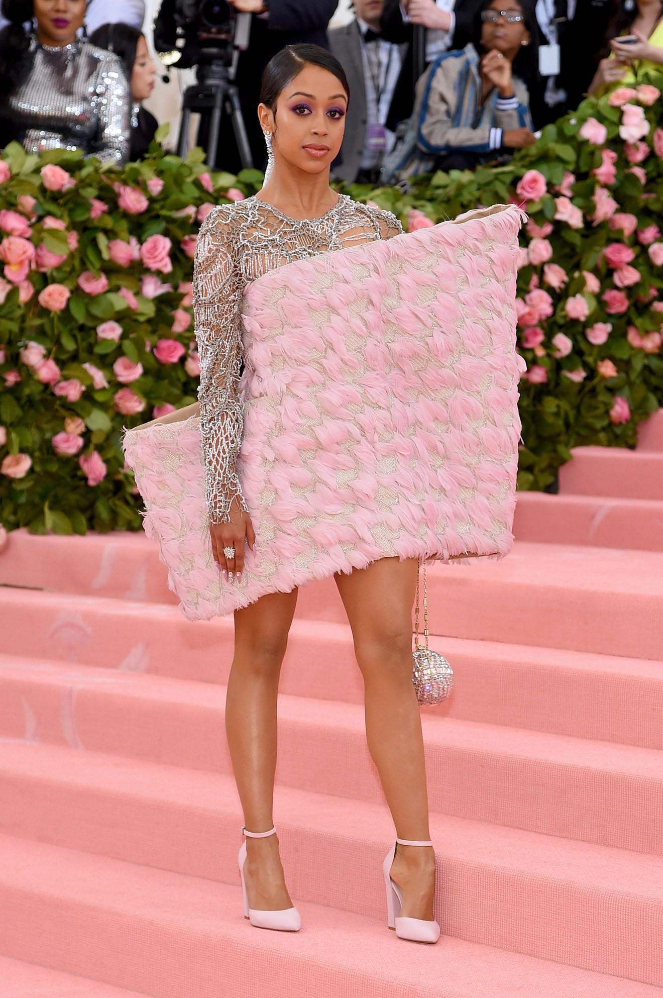 Met Gala 2019: Khó ai hơn được Lady Gaga với bộ váy biến hình 4 lần, nhưng chặt chém không kém là nam nhân dát vàng nằm kiệu - Ảnh 16.
