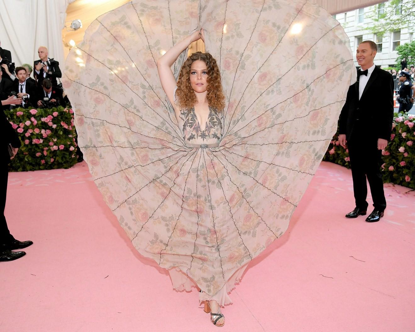 Met Gala 2019: Khó ai chơi lớn bằng Lady Gaga, Katy Perry hóa đèn chùm nhưng chặt chém không kém là nam nhân dát vàng nằm kiệu - Ảnh 34.