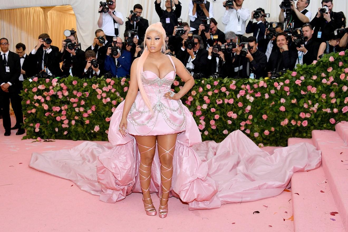 Met Gala 2019: Khó ai chơi lớn bằng Lady Gaga, Katy Perry chuyển từ đèn chùm thành burger nhưng chặt chém không kém là nam nhân dát vàng nằm kiệu - Ảnh 33.