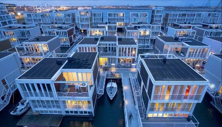 Chiêm ngưỡng cả trăm ngôi nhà được xây nổi trên mặt nước: Một quần thể kiến trúc đáng tự hào của thủ đô Amsterdam - Ảnh 2.