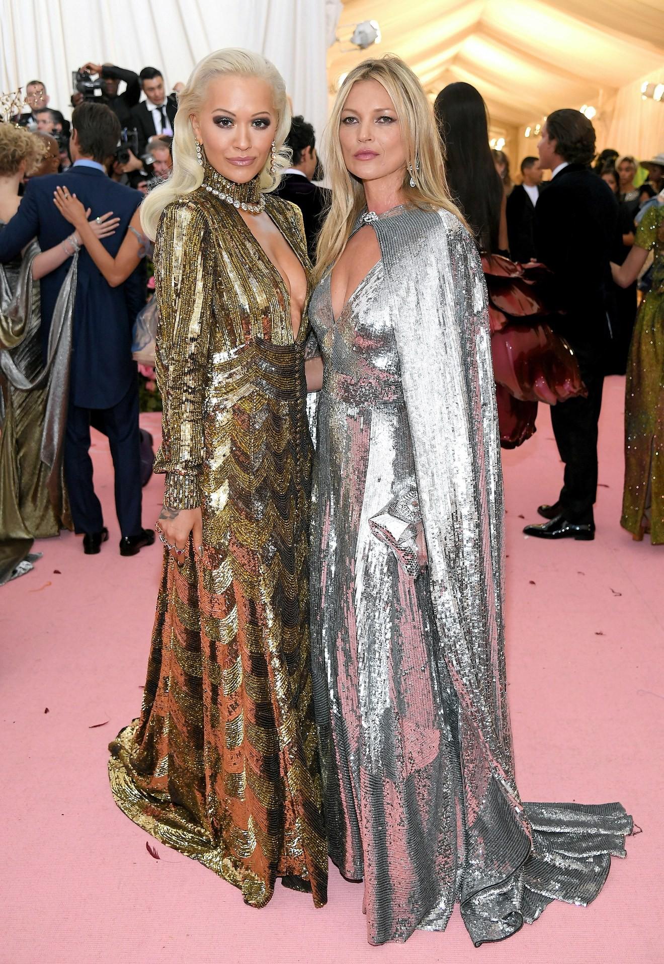 Met Gala 2019: Khó ai chơi lớn bằng Lady Gaga, Katy Perry chuyển từ đèn chùm thành burger nhưng chặt chém không kém là nam nhân dát vàng nằm kiệu - Ảnh 35.